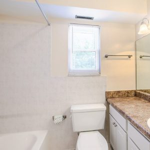 Woodmere Apartments bathroom